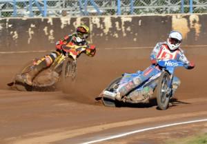 Lukas Fienhage (žlutá) a Dmytro Mostovyk (modrá) patřili k velkým překvapením dnešního závodu