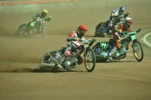 Mikkel B. Jensen (červená) útočí na Valentina Grobauera (bílá) před zraky Rasmuse Jenssena (modrá) a Danny Maassena (žlutá)