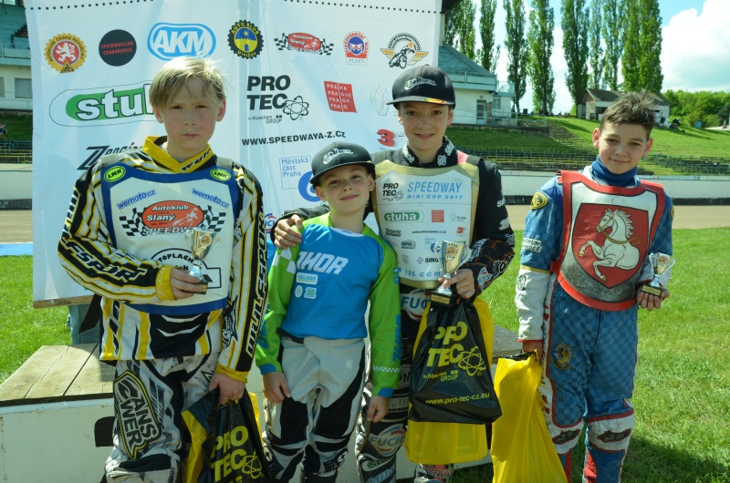 Na stupně vítězů si vedle Burno Belana, Pavla Kuchaře a Jana Jeníčka vyskočil také Karel Průša nejmladší,  který dnes ve Slaném kroužil v sedle malého motorksového motocyklu
