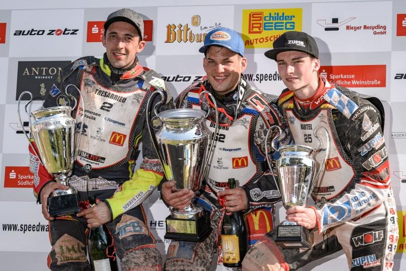 Na stupních vítězů pózují zleva Mathieu Tresarrieu, Jannick de Jong a Michael Härtel