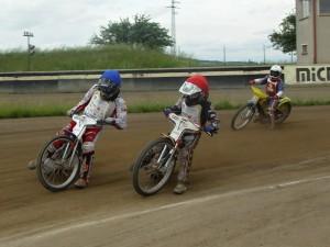 Finále A: Lukáš Vinter (modrá) a Pavel Kuchař (červená) bojují o vedení před zrakem Jana Jeníčka