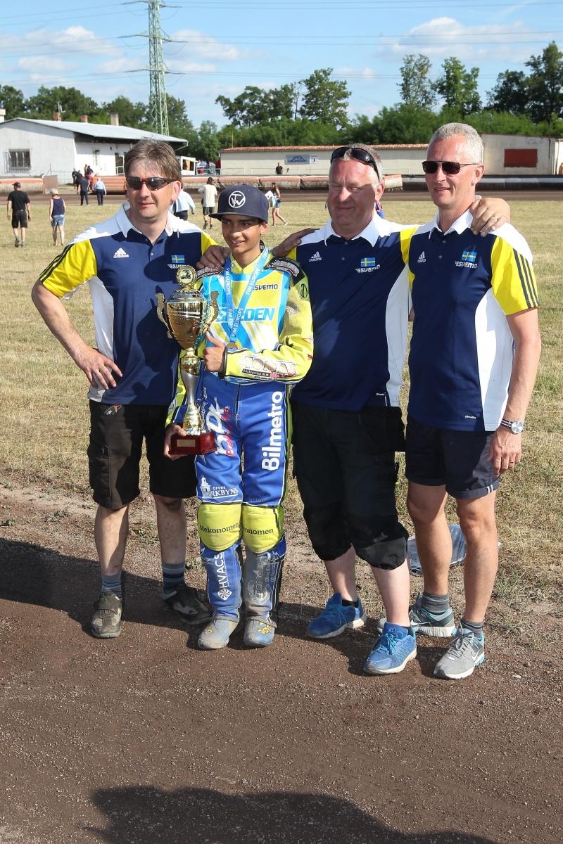Philip Hellström – Bängs se raduje ze svého triumfu společně se svým týmem