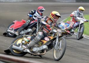Martin Málek (žlutá) nemá v plánu nic jiného, než rychle zmizet z dohledu Jana Kvěcha (červená) a Jakuba Valkoviče (bílá)