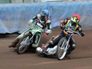 Michal Dudek (modrá) a Pavel Čermák proměnili svůj první výjezd na ovál v maximum 5:1