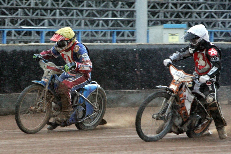 Jaroslav Petrák (žlutá) a Martin Mejtský jedou už v palbě dešťových kapek