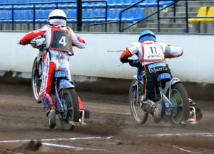 Patrik Búri (na snímku s číslem 4 po boku Jaroslava Petráka) si stěžoval na wheelie po startech