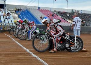 Devátá jízda byla jednou z klíčových - Zdeněk Holub (modrá) a Ondřej Smetana (červená) prohráli 1:5 s Tomášem Suchánkem (bílá) a Hynkem Štichauerem (žlutá)