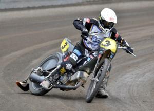 Josef Franc testoval motocykl pro dlouhou dráhu, aby pořadtelé zjistili, zda by jejich stadión byl vhodné dějiště pro šampionát republiky místo Mariánských Lázní