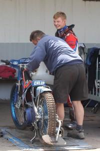 Petr Chlupáč se v depu raduje z postupu, zatímco jeho otec má oči jen pro motocykl