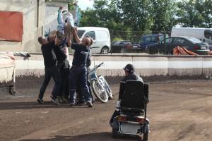 Erik Gundersen sleduje oslavy vítězství Andrease Christensena