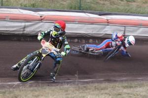 Petr Chlupáč padá za zády Bena Ernsta