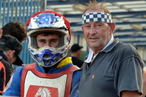 Josef Novák - na snímku s mechanikem Martinem Kratochvílem - na úvod sebral Zdeňku Holubovi vítězství