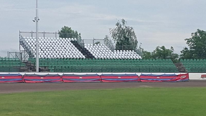 Improvizovaná místa na sezení jsou již instalována