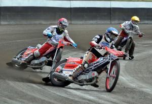 Martin Gavenda na cestě k prvnímu vítězství před zraky Filipa Hájka a Davida Pacalaje