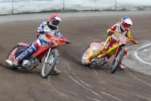 Michal Baštecký (modrá) podjíždí Jana Sochůrka