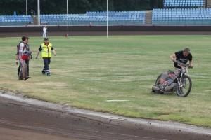 František Mikel tlačí motocykl po synově pádu