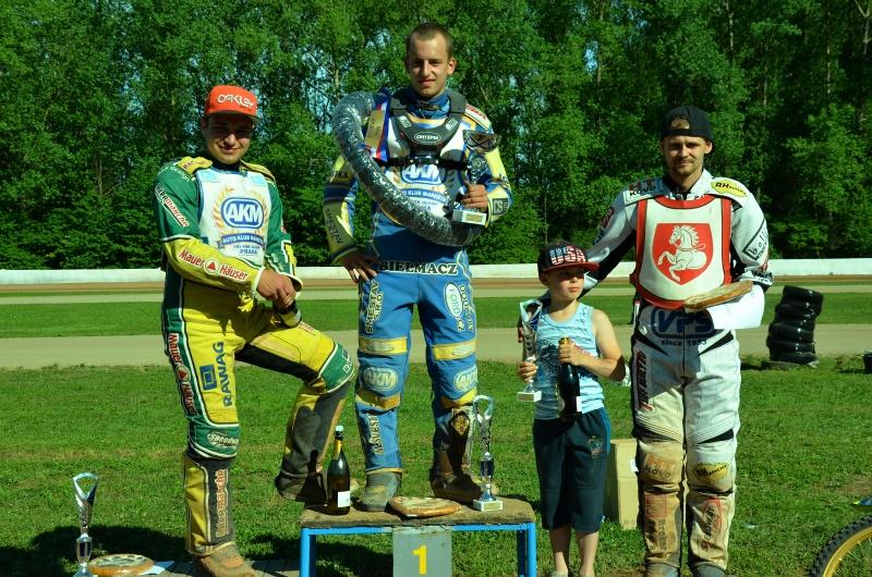 Zdeněk Holub, Ondřej Smetana a Hynek Štichauer s malým Karlem Průšou, jemuž posléze daroval svůj pohár