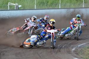 Daniel Jeleniewski na cestě za vítězstvím vede za sebou Zdeňka Holuba (bílá), Zdeňka Simotu (červená) a Tomáše Suchánka (modrá)