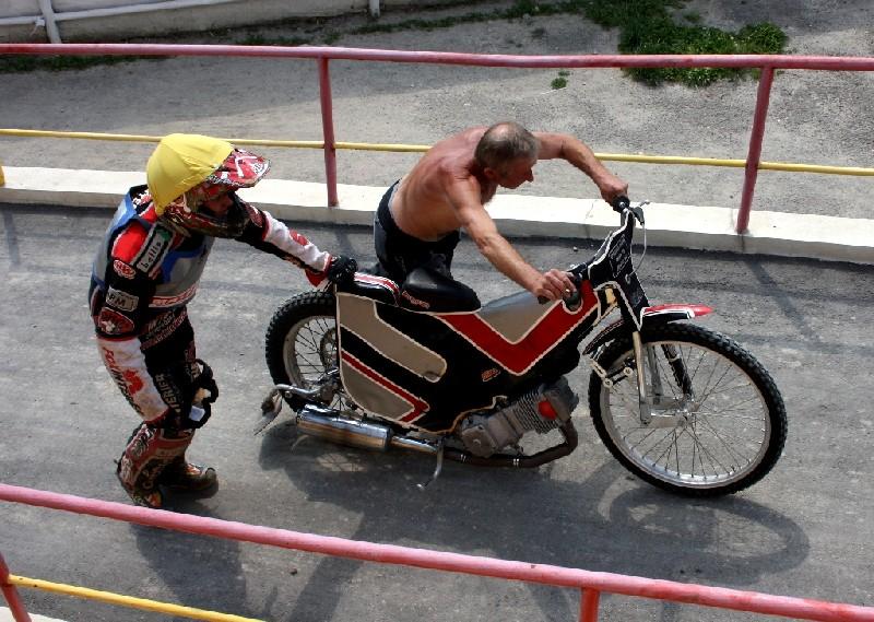 Je léto 2012 a Hynek Veverka tlačí motocykl svého syna Ondřeje vzhůru do žarnovického depa