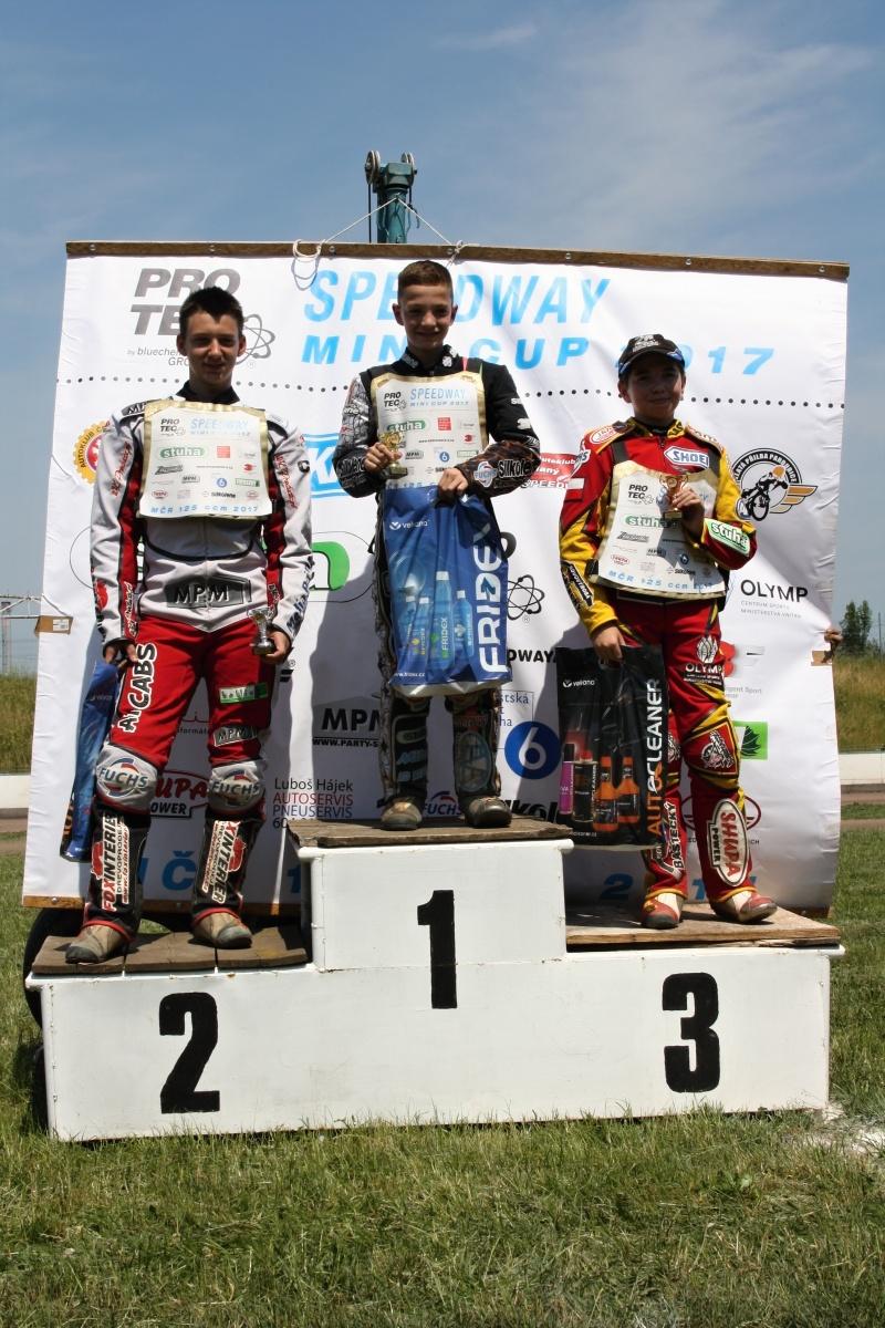 Lukáš Vinter, Pavel Kuchař a Michal Baštecký stojí na stupních vítězů