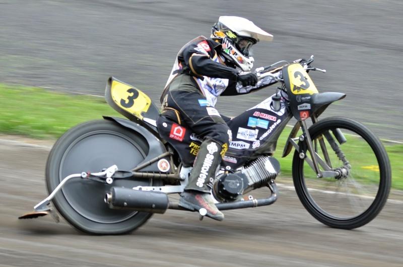 Josef Franc testuje dlouhou kopřivnickou dráhu na motocyklu pro dlouhou dráhu