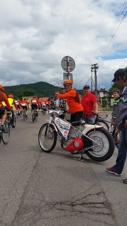 Jozef Tóth přesedá z kola na plochodrážní motocykl