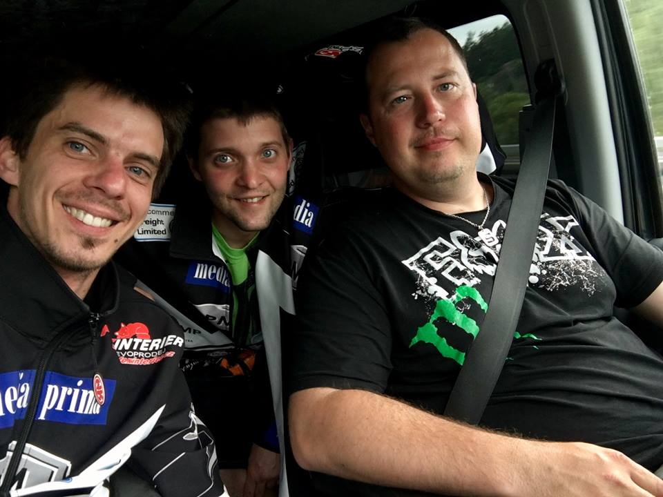 Matěj Kůs a mechanici Miroslav Mihule a Milan Mihule se radují z postupu