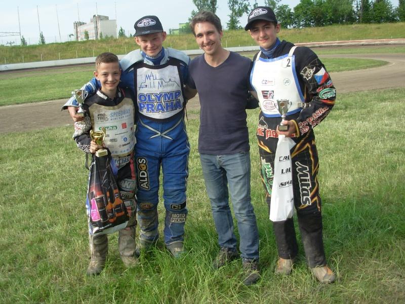 Ve startovní listině nebudou pochopitelně chybět ani Petr Chlupáč a Jan Kvěch, kteří na snímku pózují s Pavlem Kuchařem a Martinem Málkem