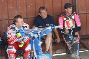 Rozpálené boxy: zleva Eduard Krčmář, František Mikel a Patrik Mikel