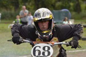 František Chvojka v závodním nasazení dokazuje, že do Kostěnic patří také flat track