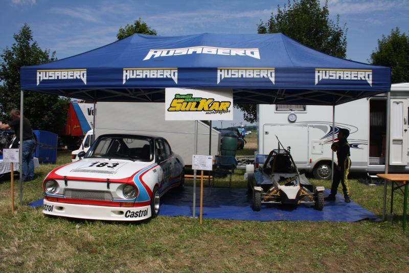 Pestrá expozice SULKAR Teamu s dragsterem, Škodou 130 RS a buginou