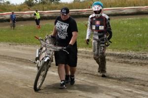 Jozef Mihálik dopravuje pokroucený motocykl svého syna Jana do depa