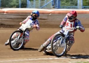Jaroslav Petrák - na snímku v souboji s Vitalijem Lysakem (modrá) - nebyl spokojený s úpravou dráhy