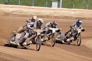 Kacper Konieczny (bílá) míří k vítězství před Jakubem Valkovičem (červená), Andrejem Kobrinem (modrá) a Jaroslawem Krzywosem (žlutá)