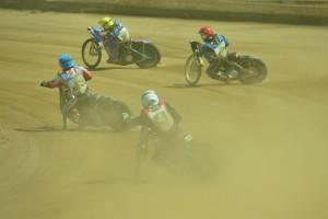 Stanislav Mělničuk (žlutá) jde za vítězstvím v rozjížďce s číslem šestnáct před zraky Andreje Kobrina (červená), Marko Levišina (modrá) a Martina Mejtského (bílá)