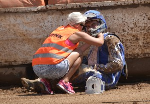 Kacper Konieczny dostává první pomoc po svém pádu v rozjížďce s číslem patnáct