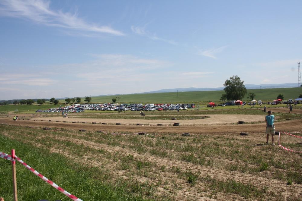 Improvizovaný ovál v Houdkovicích splnil svůj účel více než dokonale - za povšimnutí stojí zaparkovaná vozidla návštěvníků - a to bylo teprve před obědem!