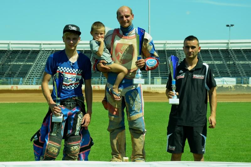 Stanislav Mělničuk, Tomáš Suchánek a Jozsef Tabaka stojí na stupních vítězů