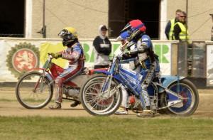 Milan Dobiáš právě odstartoval na Jaroslava Vaníčka (modrá) a Vojtěcha Zamazala (červená)