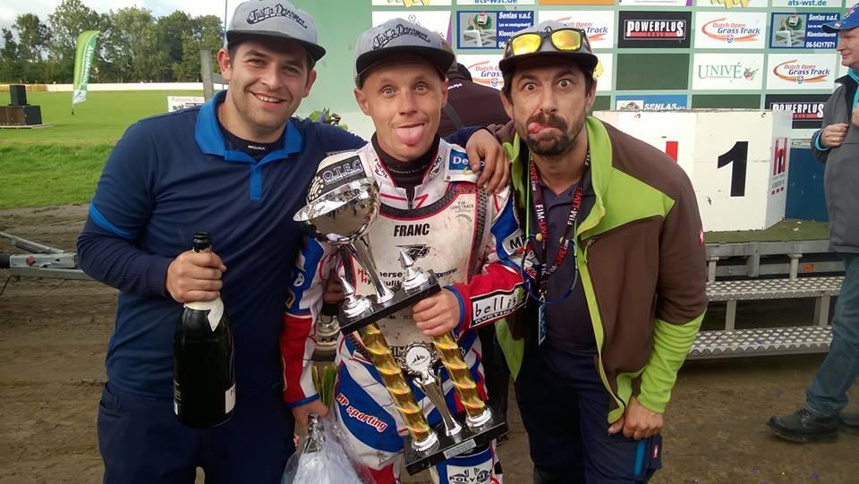 Společně se závodníkem se radují i mechanici Jakub Fencl a Jiří Georgiev