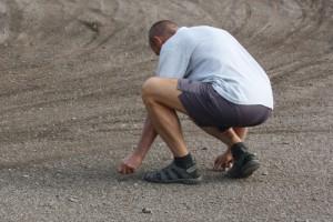 Karel Průša sbírá z dráhy kameny