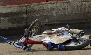 Po průjezdu cílem první jízdy Patrik Búri upadl