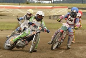 Pavel Kuchař (bílá) jezdí první před Jaroslavem Vaníčkem (žlutá), Milanem Dobiášem (modrá) a Michalem Bašteckým (červená)