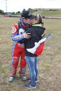 V českém reprezentačním trojlístku nemůže chybět Petr Chlupáč, který na snímku dostává pusu od mámy