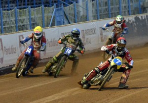 V prvním semifinále se uzavřelo účinkování obou Čechů v dnešním závodě - Petr Chlupáč (žlutá) a Jan Kvěch (zelená) bojují s Charlie Brooksem (modrá) a Madsem Hansenem (červená)