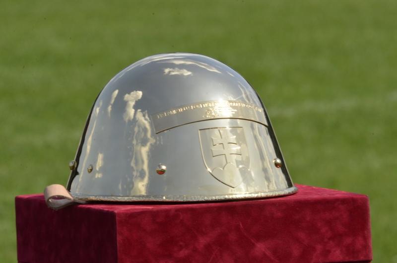 Nová trofej zatím čeká ve slunečních paprscích na svého prvního vítěze