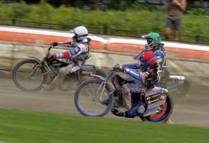 V prvním semifinále Matěj Kůs odvrací útok Nicolase Covattiho (červená) a Jurici Pavlice (zelená)