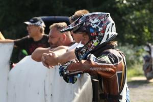 Mezi přihlížejícím tréninku je také Daniel Klíma, který měl dnešní závod nechtěně pořádně zamotat