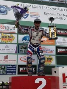 Josef Franc kříčí do světa svou radost s vítěznou trofejí