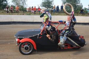 Petro Fedyk a Vladimír Višváder si loni užívají čestné kolo ve Velorexu ze sbírky Františka Chvojky